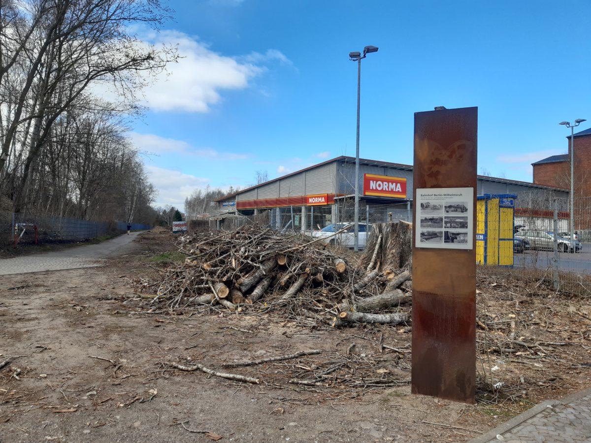 Ursprünglicher Zustand vor Verlegung des Mauerweg und die inzwischen abgebaute Stele der NEB, Foto NEB